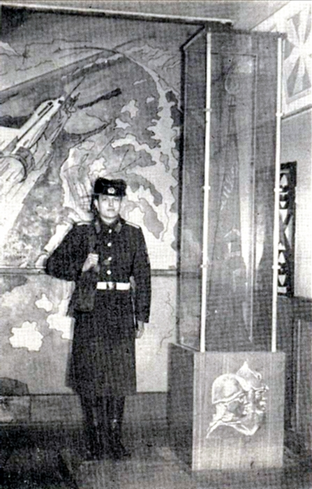 Пост №  1—Охрана   Боевого  Знамени училища  доверяется только отличникам
