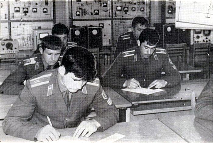 Сосредоточенны лица  курсантов.  Идет зимняя экзаменационная сессия